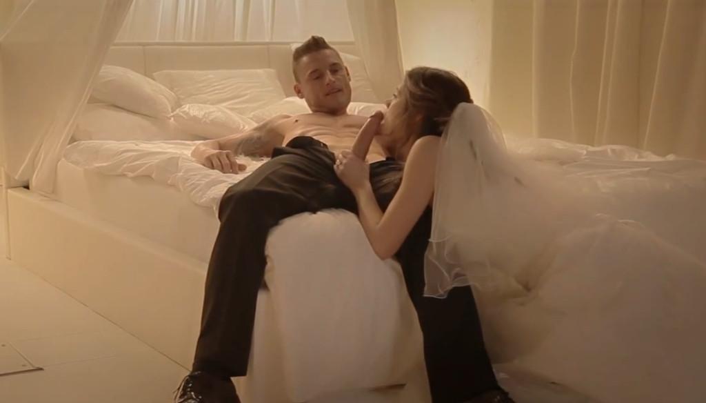 nevesta-soset-pod-stolom-porno-video